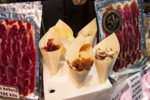 rynek w Barcelonie, fuet, ser, jamón serrano