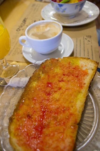 pan con tomate, hiszpanski chleb z salsą pomidorową