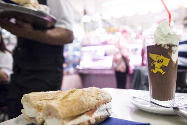 kanapka z serem mató, bocadillo con queso mató, napój kakowy Cacaolat